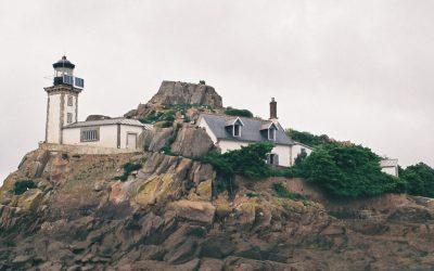Bretónsko: More melancholickej krajiny so sivou oblohou sa snúbi
